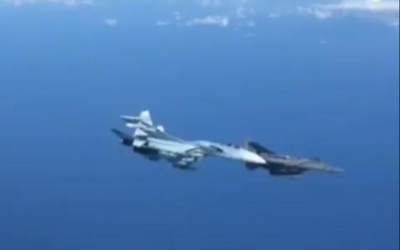 Видео: Жёсткий перехват Су-27 самолета НАТО